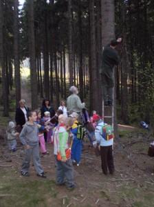 děti pomáhají s rozmisťováním budek v lese